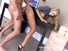 Belle Blonde assouvit son envie de bite au bureau! - MESVIP