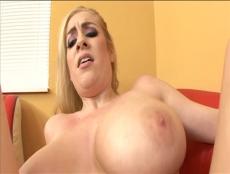 Cette blonde aux gros seins prend son pied - MESVIP