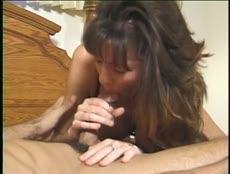 Milf montre ses prouesses sexuelles à son voisin! - MESVIP