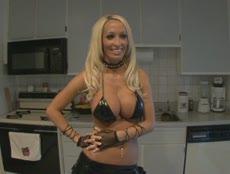 Blonde canon en cuir dans un POV de dingue! - MESVIP