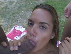 Teen petit seins prise en sandwich par deux blacks! - MESVIP