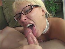 Blonde à lunettes sodomisée en POV par une grosse quequette! - MESVIP