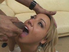 Teen blonde reçoit foutre dans la bouche après s'en prendre plein les trous! - MESVIP