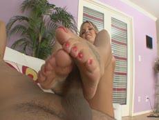 Mature blonde domine la bite avec ses pieds! - MESVIP
